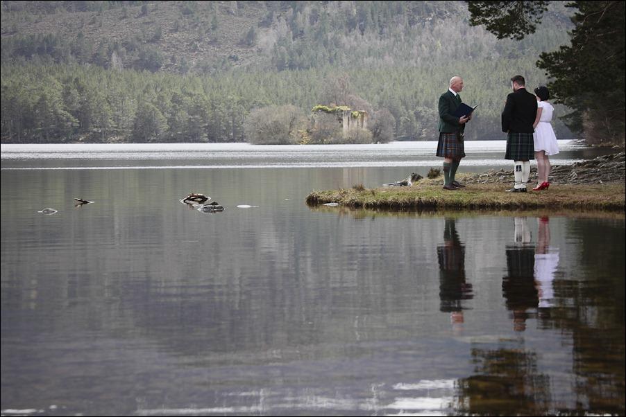 Wedding photograph at Loch an Eilean, Rothiemurchus, Aviemore-2527