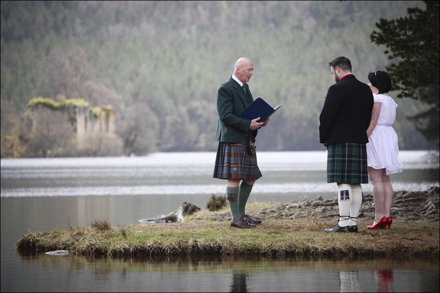 Wedding photograph at Loch an Eilean, Rothiemurchus, Aviemore-2530