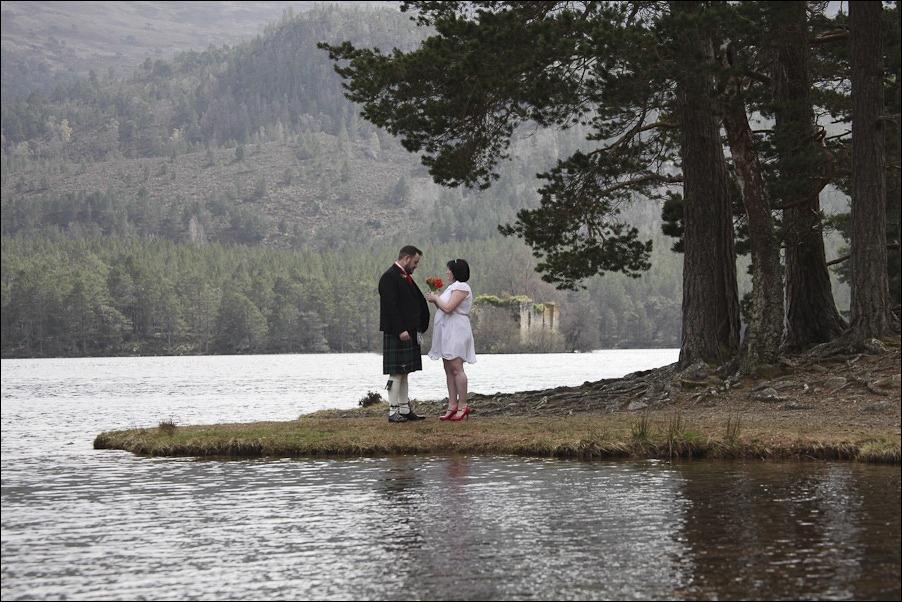 Wedding photograph at Loch an Eilean, Rothiemurchus, Aviemore-2547